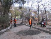 В Феодосии ремонтируют дороги и рубят деревья:фоторепортаж