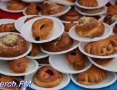 В Керчи вчера бесплатно раздали более тысячи сладких угощений
