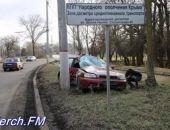 Вчера в Керчи автомобиль врезался в электрический столб, водитель погиб (обновлено)