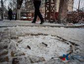 Мэр Симферополя пожаловался главе Крыма на вандалов, разбивших скамейку и табло в центре города