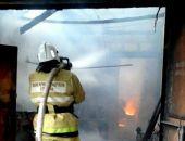 В Крыму в селе под Симферополем пожарные более двух часов тушили пожар на складе (фото)