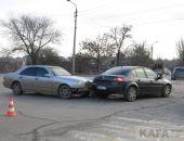 В Феодосии на перекрестке улиц Победы и Володарского «Мерседес» врезался в «Рено»
