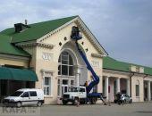 В Феодосии на здании железнодорожного вокзала сегодня установили новые часы