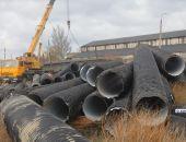 В Керчи строители Крымского моста вчера собирали выброшенные штормом на берег трубы (фото):фоторепортаж