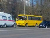 В столице Крыма маршрутка врезалась в дерево, пострадали трое взрослых и один ребенок (фото)