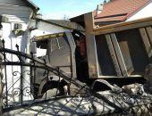 В столице Крыма в ДТП КамАЗ протаранил стену частного домовладения (фото)
