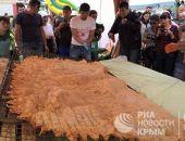 Сегодня в Крыму на празднике Хыдырлез испекли самый большой в мире чебурек