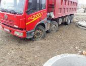 Водитель самосвала обесточил часть Феодосии, разгружаясь под высоковольтной ЛЭП (фото)