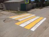 В Крыму дорожные рабочие «творчески» подходят к нанесению «зебр» между ямами (фото)