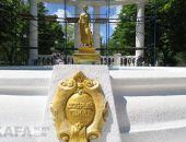 Фонтан-памятник «Доброму гению» радикально поменял цвет:фоторепортаж