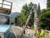 В Крыму в ДТП на трассе Симферополь – Ялта грузовик снёс опору троллейбусной линии (фото)