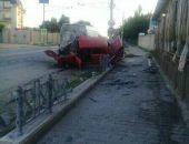 В Приморском ВАЗ протаранил ограждение и припаркованный микроавтобус (фото)