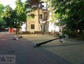 В центре Феодосии вандалы повалили фонарные столбы