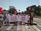 Жители Геленджика перекрыли трассу гробами в знак протеста против сноса дома