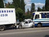 В Севастополе фура и автобус смяли легковушку