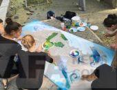 У Картинной галереи ученики художественной школы рисуют морские полотна