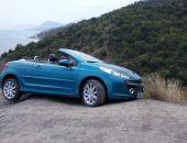 В Крыму два автомобиля едва не сорвались с обрыва (фото)