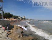 В Феодосии на пляжах из-за шторма минимум отдыхающих:фоторепортаж