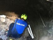 В Белогорске сотрудники «Крым-Спас» вызволили упавшую в колодец теплотрассы собаку (фото)