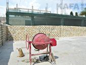 Стройку в центре Феодосии оградили «крепостной» стеной