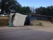 В Крыму на трассе Феодосия – Симферополь опрокинулся грузовик со щебнем (видео)