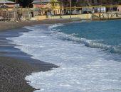 Пляжи Алушты затопило фекальными массами