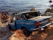 В Севастополе легковушка «зависла» на скале над диким пляжем (фото)