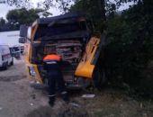 В Крыму на трассе Феодосия – Симферополь грузовой автомобиль врезался в дерево (фото)