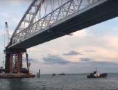 Под аркой железнодорожного моста в Крым прошло первое судно