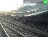 В России сошел с рельсов поезд, перевозивший военную технику, 13 вагонов легли на бок