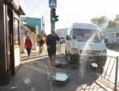 В крупнейшем городе Крыма маршрутка въехала в остановку (фото)