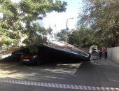 В Феодосии сорванная ветром крыша здания вокзала накрыла автомобиль с людьми (фото)
