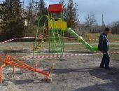 Вандалы повредили ограждение детской площадки