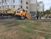 В столице Крыма гружёный самосвал провалился под землю (фото)
