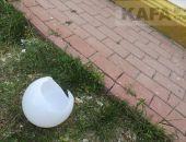В Щебетовке вандалы переворачивают урны и разбивают фонари