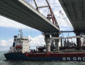 Под двумя арками Крымского моста первым прошел сухогруз Ledy Leyla, вышедший из порта Мариуполя
