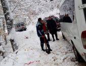 В Крыму в снежном заносе застрял автобус с 18-ю пассажирами (фото)