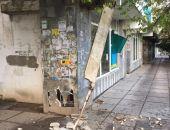 В центре столицы Крыма обрушилась часть фасада жилого дома (фото)