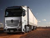 В Ленинском районе Крыма на грунтовой дороге опрокинулся грузовой автомобиль Mercedes