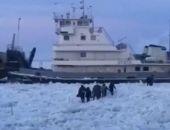 В Якутии застрял во льдах паром с людьми и машинами на борту