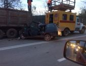 В Крыму на трассе Алушта – Симферополь легковушка разбилась о стоявший самосвал (фото)