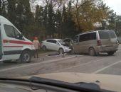 В Крыму сегодня утром «лоб-в-лоб» столкнулись микроавтобус и легковушка (фото):фоторепортаж