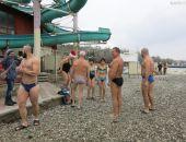 В Феодосии состоялся традиционный новогодний заплыв моржей (видео)