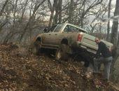 В горах Крыма автомобиль едва не сорвался с обрыва (фото)