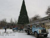В Феодосии начали разбирать главную новогоднюю елку