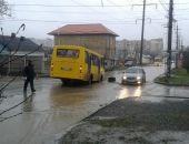 В столице Крыма автобус провалился в вырытую на дороге траншею (фото)
