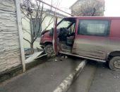 Сегодня в столице Крыма в результате ДТП микроавтобус снёс забор частного домовладения (фото)