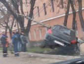 В Феодосии сегодня ночью легковой автомобиль снёс опору уличного освещения (фото) (видео)