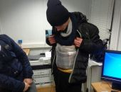 Мужчина пытался провезти из Украины в Крым 20 кг колбас и сыров, примотав их к телу (фото)