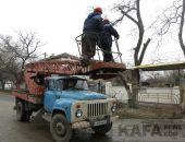 В Феодосии на улице Челнокова обрезали деревья:фоторепортаж